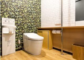 トイレは広々として、お子さんのオムツを替えるスペースもございます。
