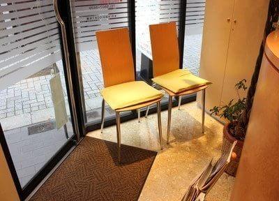待合室は大きな窓から入る光で開放的です。