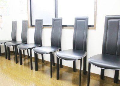 おしゃれなイスが特徴的な待合室です。