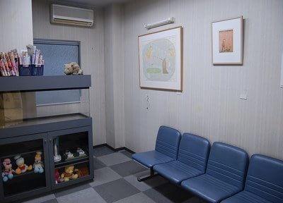 待合室には本や人形を置いています。ご利用ください。