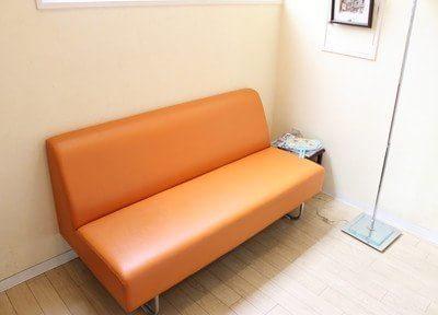 明るい待合室です。ソファにかけてお待ちください。