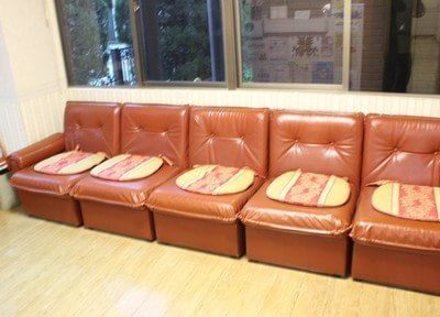待合室にはふかふかなソファーがあります。