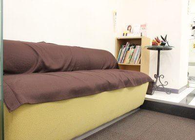 待合スペースです。ソファでゆったりおくつろぎください。