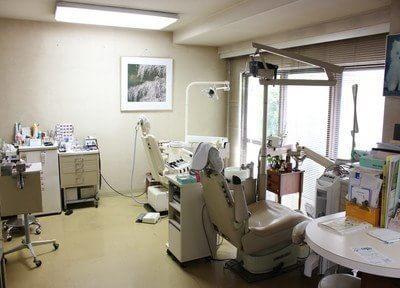 診療室です。窓に面しているので、開放的な空間です。