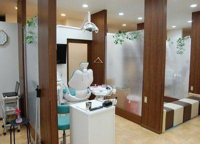 木目調で落ち着ける診療室です。プライバシーにも配慮しています。