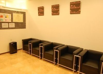 ふかふかなソファーのある待合室です。こちらでお待ちください。