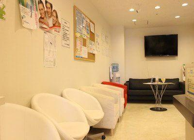モダンな雰囲気の院内です。診療前後はこちらでおくつろぎください。