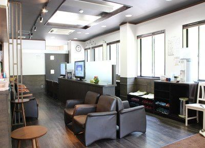 待合室です。木を中心にまとめられた院内は、歯医者とは思えないほどのオシャレな空間です。