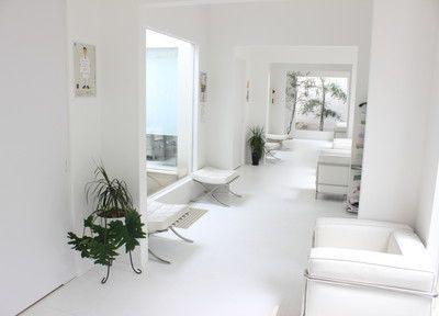 待合室です。白を基調とした、歯医者とは思えない透明感のある空間です。
