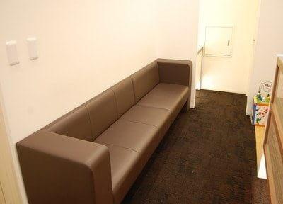 待合スペースです。ソファでおくつろぎください。