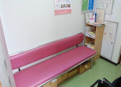 待合室には可愛らしいピンク色の椅子を用意しております。