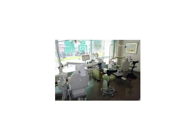隣の診療チェアとの間隔を広く取っています。快適に治療を行えます。