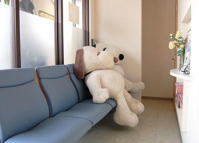 待合室にはお子様の喜ぶ大きな人形を置いています。