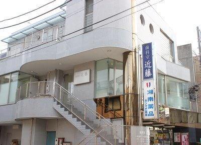 藤沢本町駅より徒歩2分です。青い看板が、目印になります。