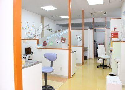 広い診療室です。パーテーションもございます。