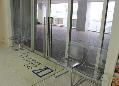 待合スペースです。おしゃれな透明の椅子で、お待ちください。