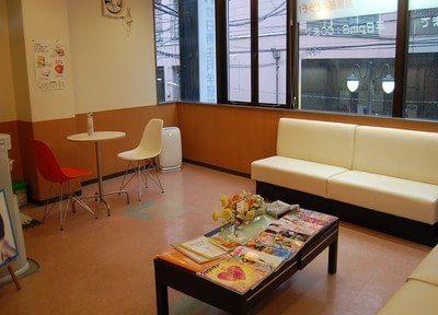 待合室です。白のおしゃれなソファと雑誌をご用意しておりますので、くつろいでお待ちください。