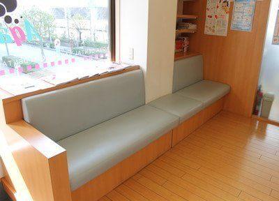 広い待合室には、本や漫画を置いています。ご利用ください。
