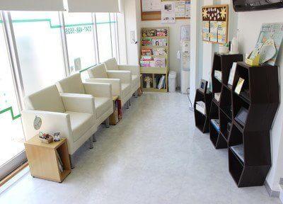 ソファのある待合室で、ゆっくりとお過ごしください。雑誌各種をご用意しております。