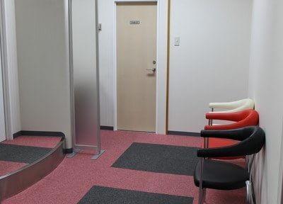 待合室はカラフルなイスが印象的です。