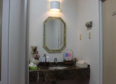 大きい鏡のある洗面台があります。
