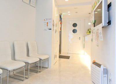 待合室を含め院内は白を基調としています。