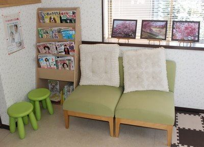 写真が飾ってあり、落ち着いた雰囲気の待合室です。