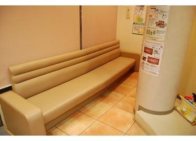 待合スペースです。こちらのソファでおくつろぎください。