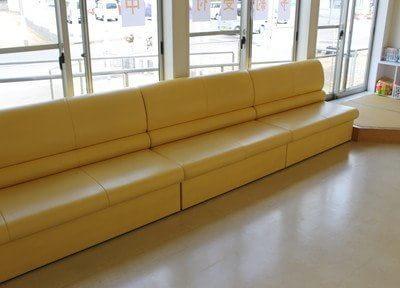 待合スペースです。大きなソファで、ごゆっくりおくつろぎください。