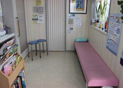 待合室にはゆったりとしたソファを置いています。