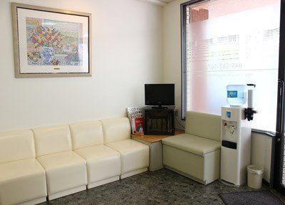 待合室にはテレビなどを置いています。