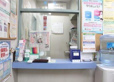 ご来院されましたら受け付けで診察券のご提示をお願いします。