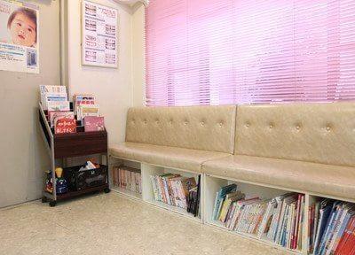 待合室には豊富に本や雑誌をご用意しています。ご利用ください。