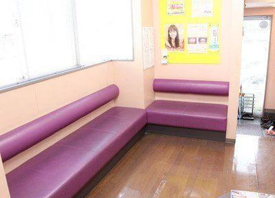 待合室です。ソファにお掛けになってお待ちください。