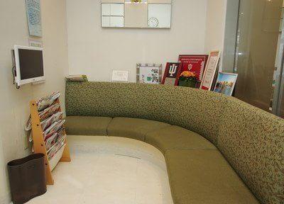 待ち時間は座り心地の良いソファーでおくつろぎください。