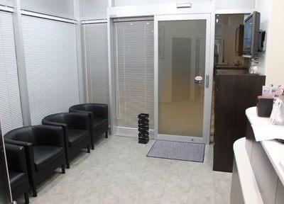 待合スペースです。診療前後はこちらでお待ちいただきます。