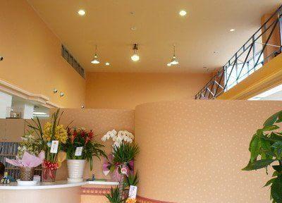 待合室です。天井は高く、開放感のある空間です。