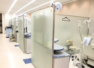 診療室内は各チェアがパーテーションで仕切られています。