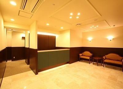 待合室はシンプルで広々としております。リラックスしてお待ちください。