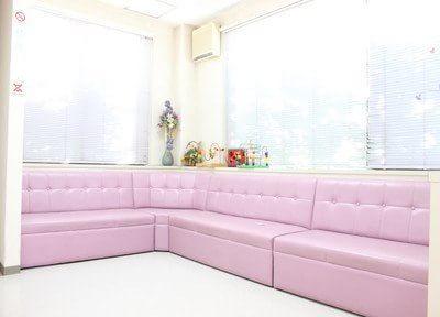 待合室のソファーにてお待ち下さい。