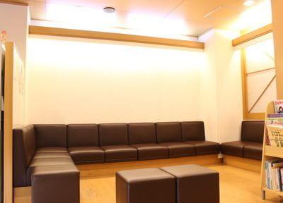 広々とした待合室で、どうぞおくつろぎくださいませ。