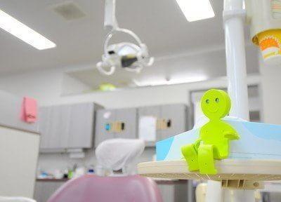 診療室です。人形がかわいい人形が座っています。