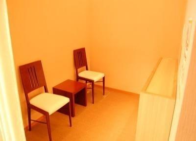 院内は落ち着いた雰囲気と優しい色調のインテリアが印象的です。