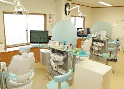 診療室はリラックスして治療を受けていただけるよう、明るい雰囲気です。