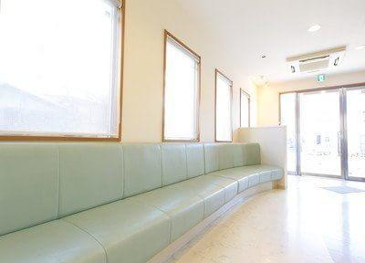 待合スペースも広い空間を利用しています。