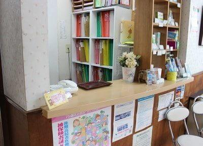 橋本歯科医院の受付です。ご来院の際は診察券のご提示をお願いします。