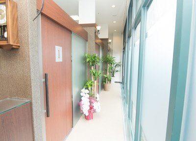 診療室はこちらからお入り下さい。