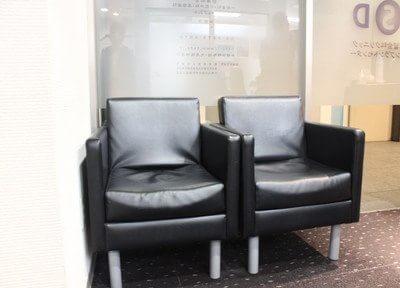 待合スペースにあるソファでおつろぎください。
