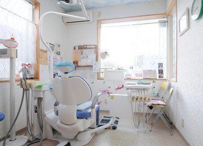 診療スペースは窓に面しているので、明るい光が差し込みます。