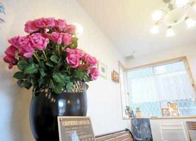 院内には綺麗なお花を飾っています。